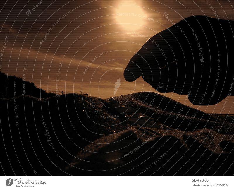 Der Moment Hand Wasser Sonne Meer Sommer Strand Wärme Sand Finger Perspektive Physik fallen Ostsee Muschel Sepia