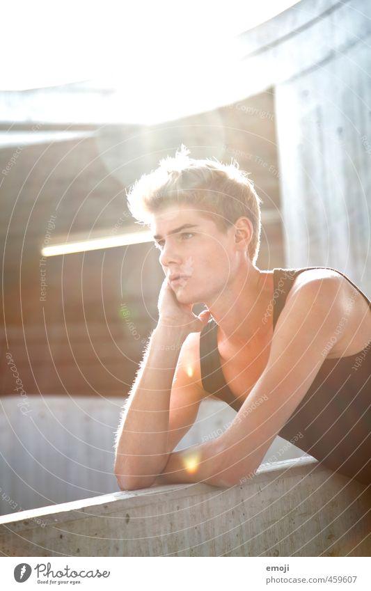 U maskulin Junger Mann Jugendliche Gesicht 1 Mensch 18-30 Jahre Erwachsene Mauer Wand schön Farbfoto Außenaufnahme Tag Sonnenlicht Sonnenstrahlen Gegenlicht