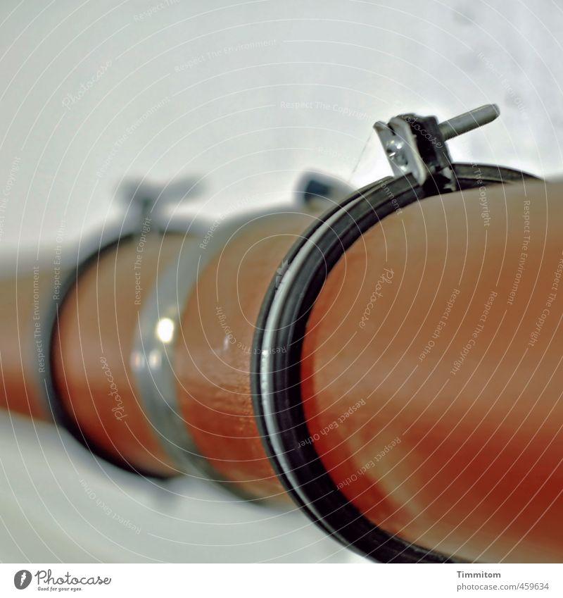 Rohr, innen, außen. Mauer Wand Röhren Schelle Schraube einfach braun grau schwarz silber Gefühle Interesse Dichtring Kunststoff Metallwaren Rohrleitung