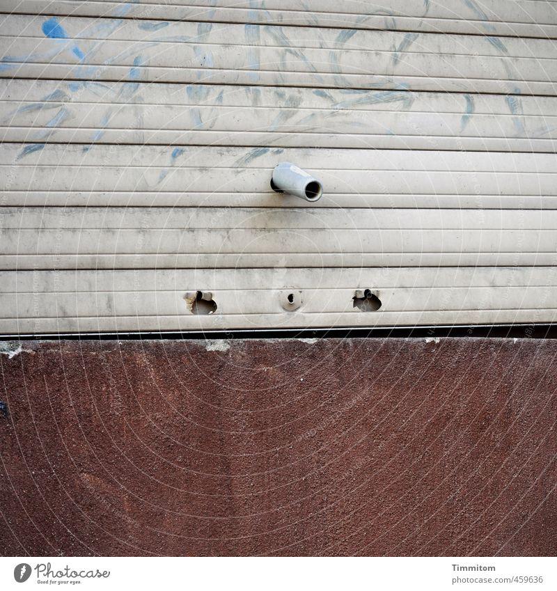 Heul doch! | Obwohl, ok, ich verstehe dich... Rollladen Loch Sims Beton Kunststoff warten kaputt braun grau Gefühle Überraschung Zustand Linie Verriegelung
