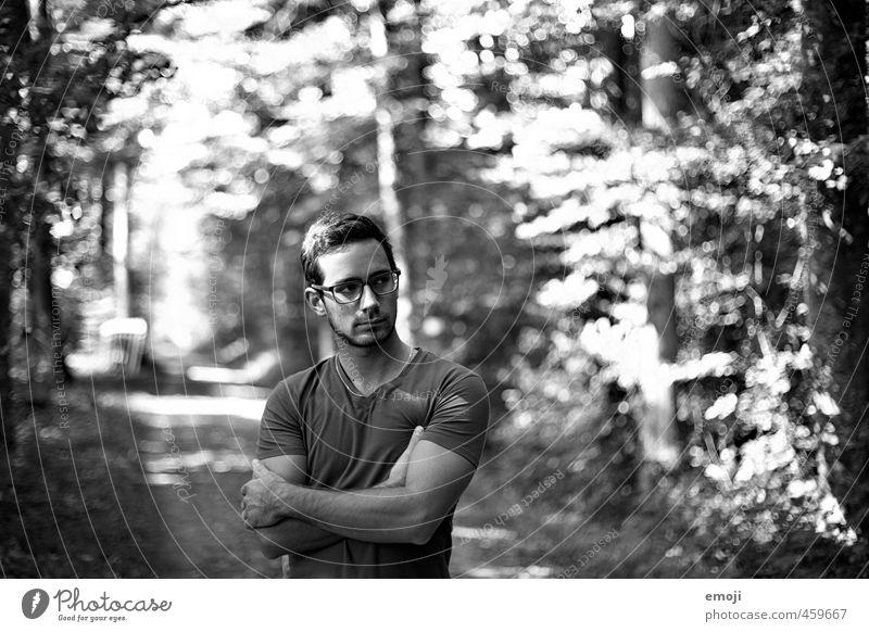 Weg maskulin Junger Mann Jugendliche 1 Mensch 18-30 Jahre Erwachsene Umwelt Natur Wald schön muskulös Schwarzweißfoto Tag Schwache Tiefenschärfe Oberkörper