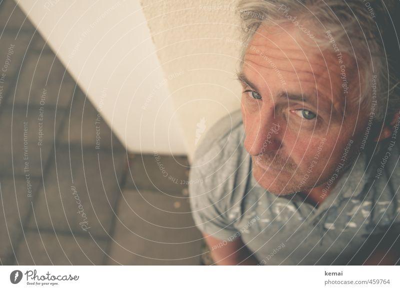 In der Ecke Mensch Mann ruhig Gesicht Erwachsene Auge Leben Gefühle Traurigkeit Angst maskulin sitzen Mund 45-60 Jahre Nase T-Shirt