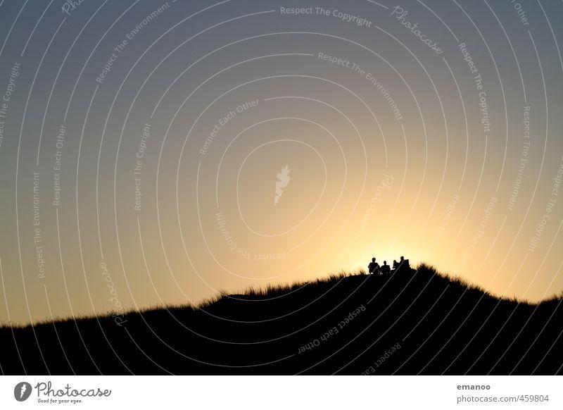 Dünenmenschen Mensch Himmel Natur Jugendliche Ferien & Urlaub & Reisen Sommer Sonne Meer Erholung Landschaft Freude Strand schwarz Ferne Wärme Gras