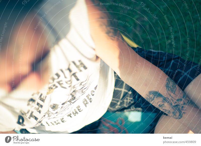 Exit Wounds Mensch Mann Sommer Sonne Erholung Erwachsene Leben Wiese Stil maskulin Arme sitzen Lifestyle Schönes Wetter 45-60 Jahre T-Shirt