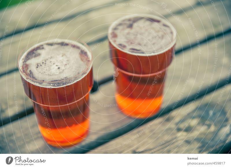 Treffen sich zwei Ales... Holz frisch Getränk Tisch Bier lecker Alkohol voll Erfrischungsgetränk Becher Plastikbecher