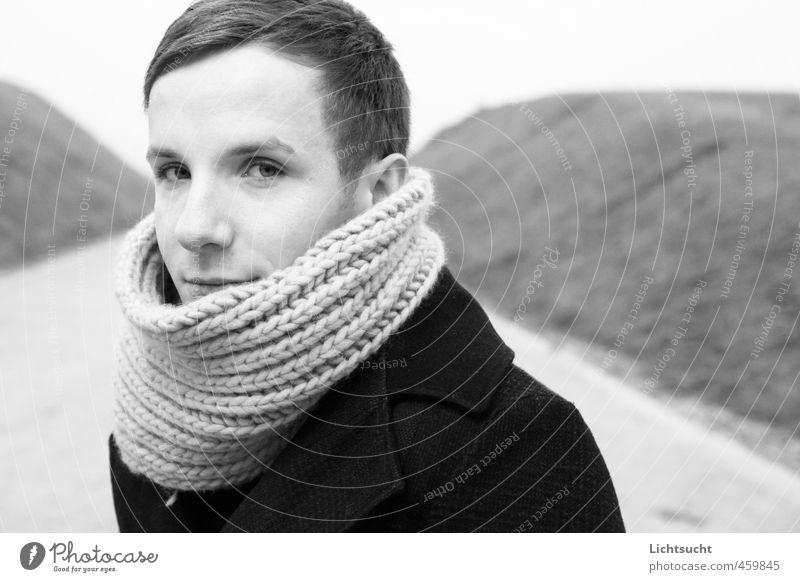 Herbsthelden Junger Mann Jugendliche Kopf 1 Mensch 18-30 Jahre Erwachsene Mantel Schal blond kurzhaarig schön kalt kuschlig Gelassenheit ruhig Interesse