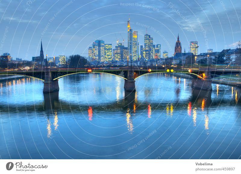 Abend in Frankfurt am Main blau Stadt Architektur Gebäude Verkehr Hochhaus modern Brücke Bauwerk Bankgebäude Skyline Verkehrswege Wahrzeichen Autofahren Dom