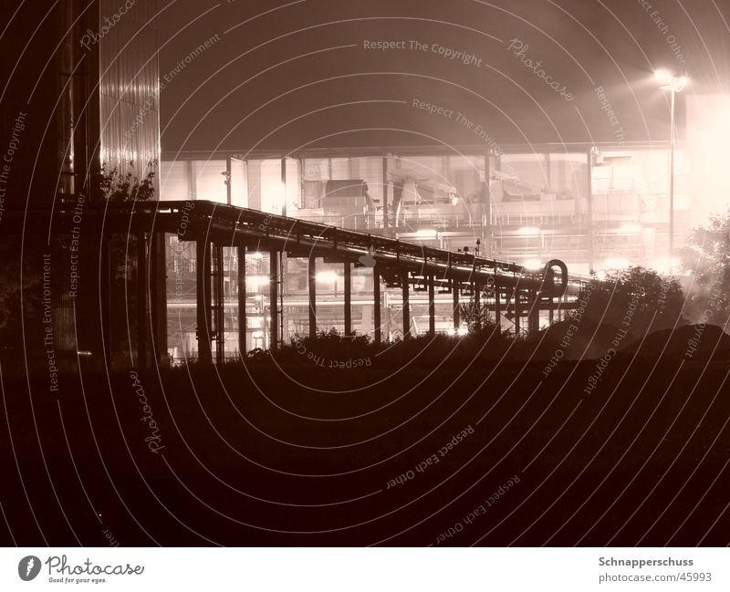 Pipeline bei der Skyline Perspektive Industriefotografie Sepia