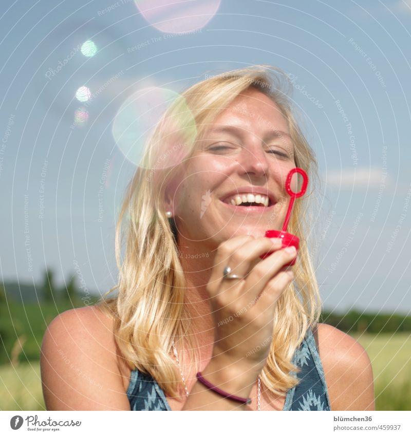 Zeitumstellung | ...und es war Sommer Mensch feminin Junge Frau Jugendliche Erwachsene Gesicht 1 18-30 Jahre Spielzeug Seifenblase beobachten fliegen glänzend