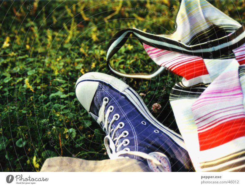 15 min. vor Soundcheck grün Erholung Gras Schuhe Rasen liegen Tasche Chucks