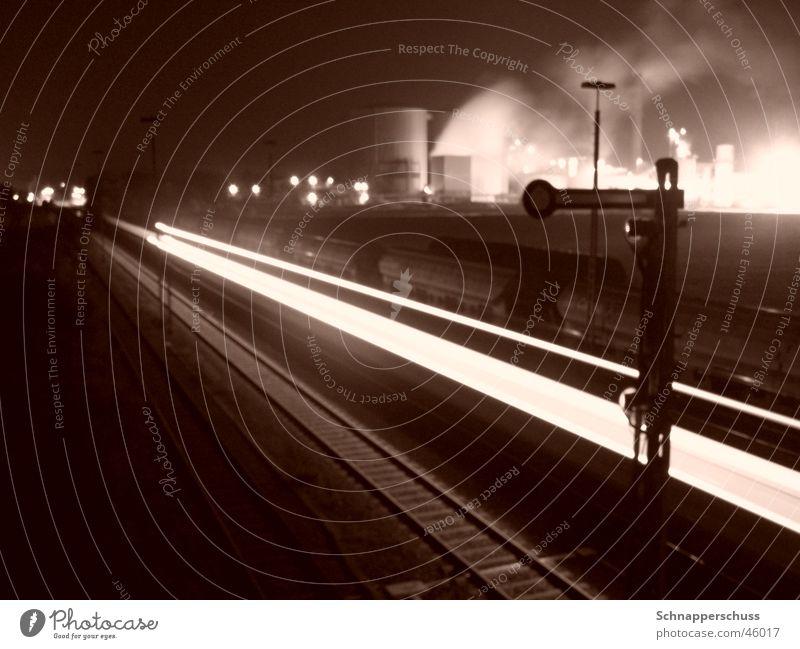 """Regionalbahn vor """"Zuckerrübenfabrikskyline"""" Langzeitbelichtung dunkel Geschwindigkeit Gleise Industriefotografie hell Eisenbahn Rauch"""