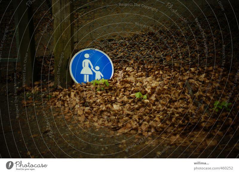 laubraschelspaziergang blau Blatt dunkel braun Spaziergang Fußweg Kontrolle Kindererziehung Fußgänger Verkehrszeichen Fußgängerzone Mutter mit Kind