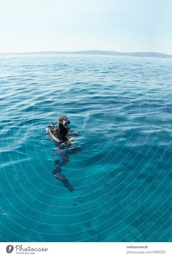 diver in water Mensch Ferien & Urlaub & Reisen blau Wasser Sommer Meer Freude Erwachsene Sport Körper maskulin warten Schönes Wetter Insel Abenteuer Unendlichkeit