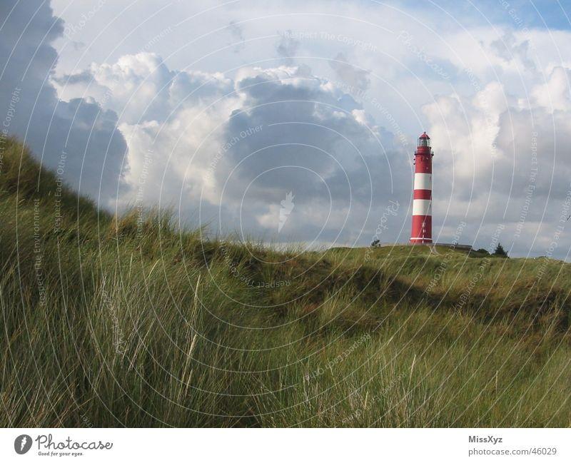 Leuchtturm auf Amrum rot weiß Meer Wolken Einsamkeit Baum Sträucher Ferien & Urlaub & Reisen Wiese Natur Deutschland Außenaufnahme Insel Nordsee Himmel
