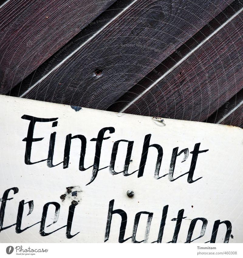 Noch ein Tor. Haus Holz Metall Hinweisschild Warnschild dunkel Ekel braun schwarz weiß Mobilität Schilder & Markierungen Einfahrt Schriftzeichen abblättern