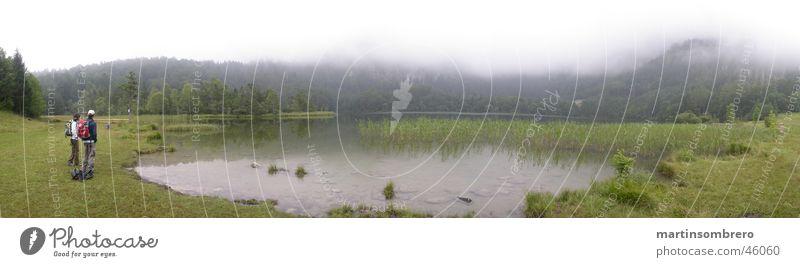 See im nebel Frau Mann Natur grün Gras Berge u. Gebirge See Landschaft wandern Nebel Gewässer