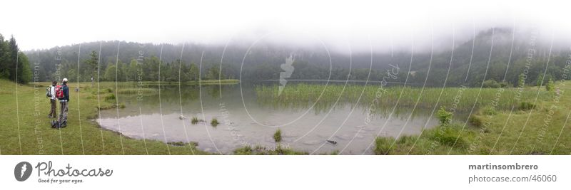 See im nebel Nebel wandern Mann Frau Gras Gewässer grün Berge u. Gebirge Natur Landschaft