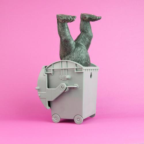 i shot the sheriff Tier Fuß Kunst rosa Geschwindigkeit Spielzeug Müll Statue Container Recycling Affen Müllbehälter Gully Gorilla stecken