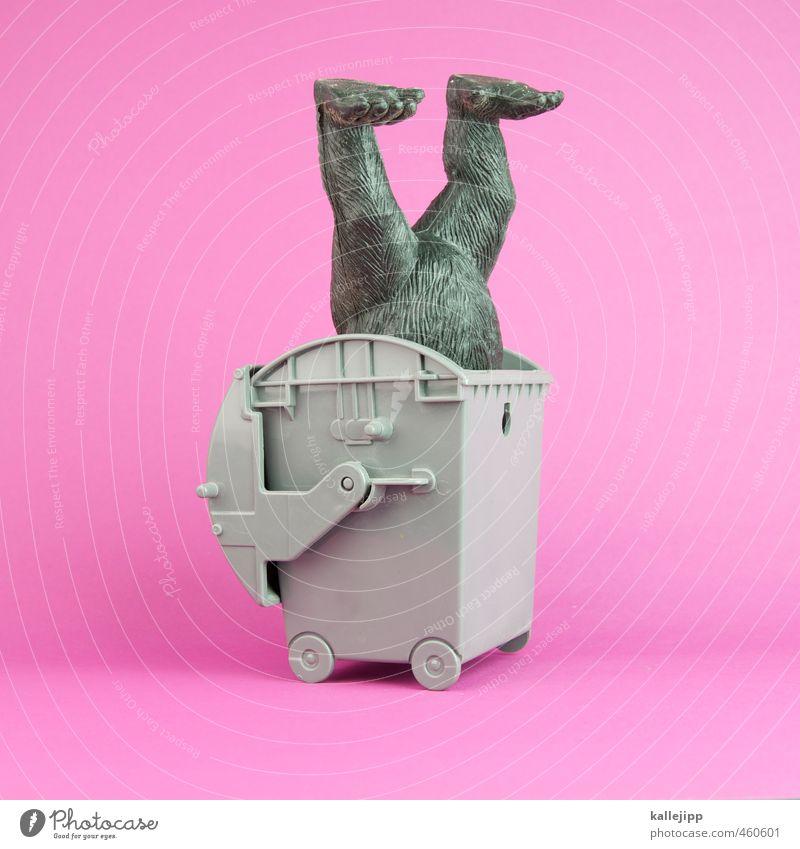 i shot the sheriff Tier Kunst Müllbehälter rosa Affen Gorilla Spielzeug Statue stecken Geschwindigkeit Gully Recycling Container Fuß Farbfoto mehrfarbig