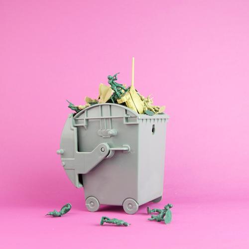 wargames Tod Kunst Kreativität Kultur Spielzeug Frieden Müll Statue Krieg Menschenmenge kämpfen Container Soldat Politik & Staat Recycling voll