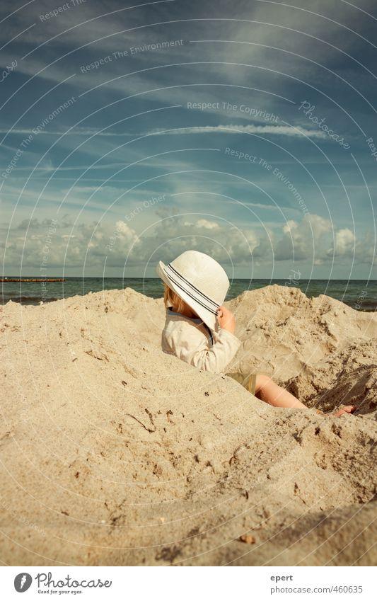 Die Gedanken sind frei Freizeit & Hobby Spielen Ferien & Urlaub & Reisen Freiheit Sommer Sommerurlaub Strand Meer Kind Kleinkind 1 Mensch Sand Himmel Wolken Hut