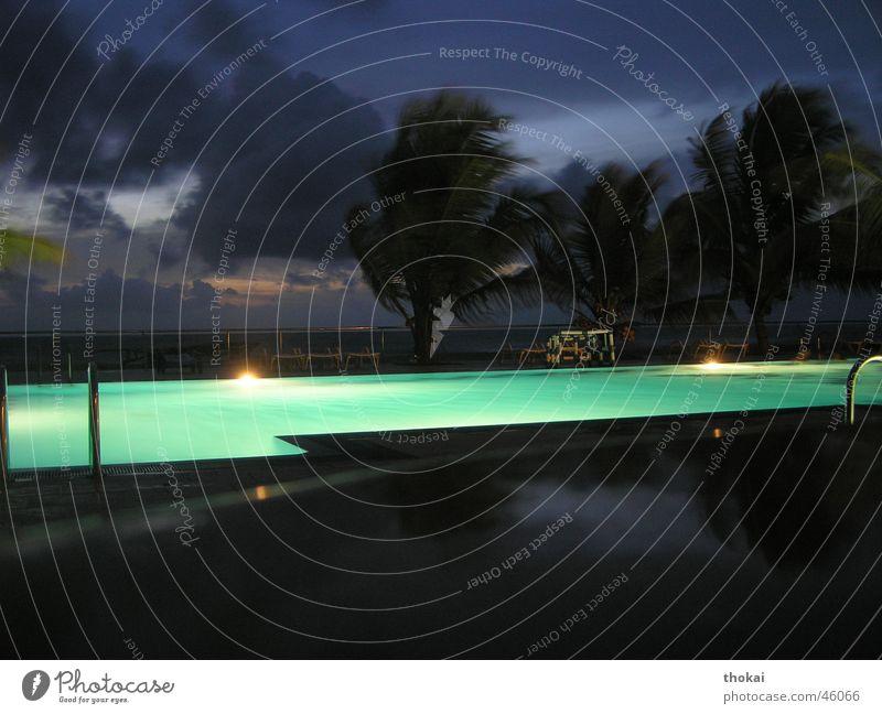 Monsunsturm Sturm Wolken Schwimmbad Hotel Palme Palmenwedel Nacht Licht Asien Sri Lanka türkis grün Erwartung Rückzug gefährlich ruhig unsicher Nachtaufnahme