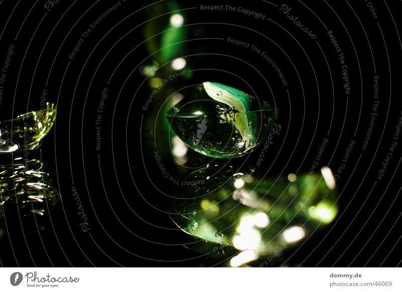 broken dreams gebrochen Murmel springen Spiegel schwarz grün rund kaputt Glas