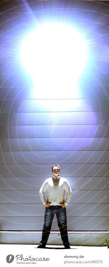 er kommt Mann stehen Hose Jacke Lagerhalle Überbelichtung Würzburg Hallenbeleuchtung