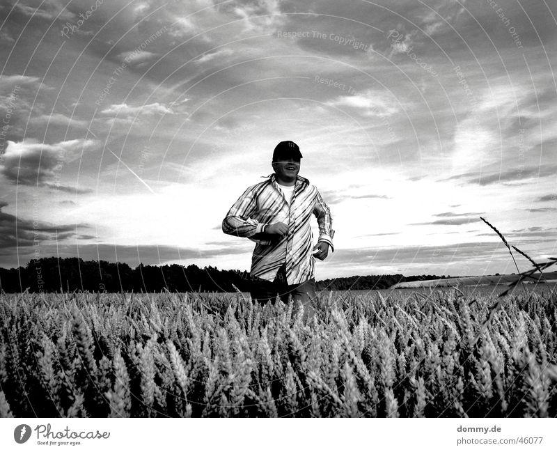 er kommt II Mann Würzburg Feld Hemd T-Shirt schwarz weiß Wolken thomas dommy laufen rennen lachen cappy Getreide Ernte Freude
