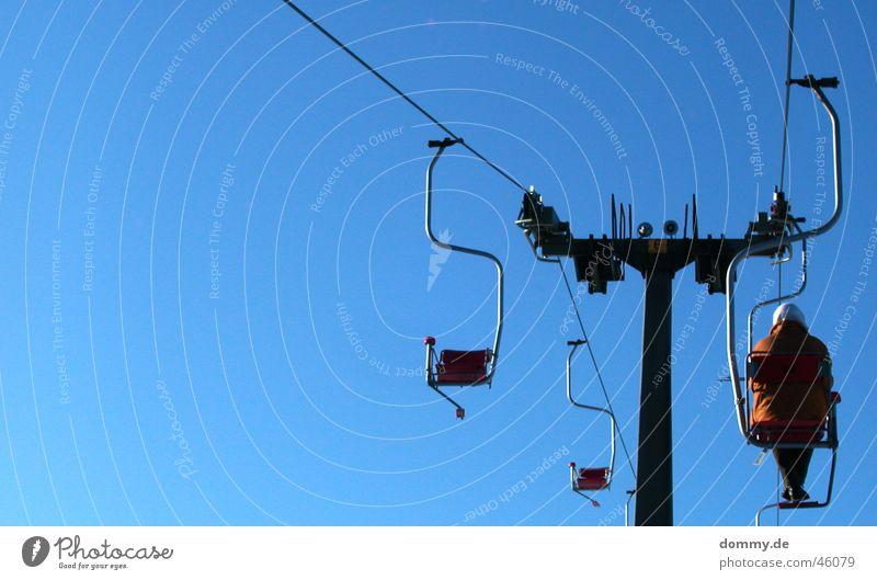 einsam Einsamkeit Frau Skigebiet Seilbahn Fahrstuhl blau Sonne Himmel röhn seilzug