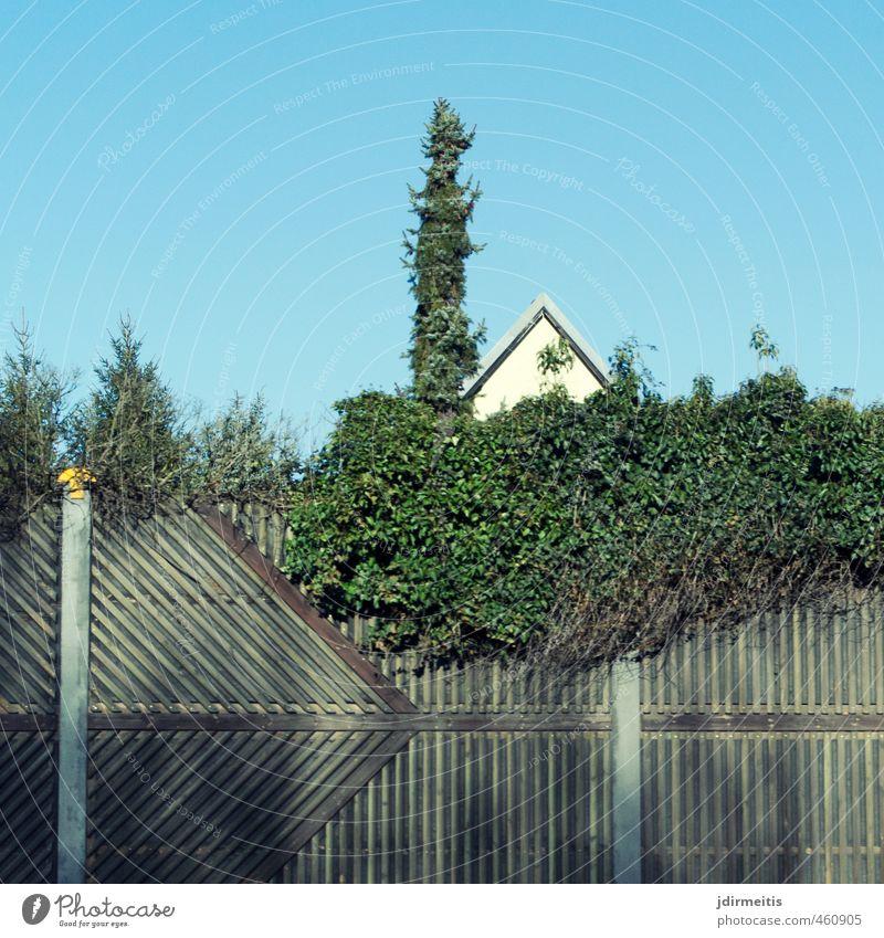 Schallschutzwand Haus Garten Schallschutzmauer Stadt Stadtrand Menschenleer Einfamilienhaus Bauwerk Gebäude Architektur Mauer Wand Fassade Fenster Verkehrswege