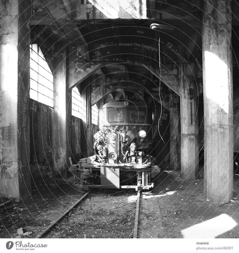Alter Bahnhof Ampflwang Nr7 alt dunkel hell groß Eisenbahn Romantik historisch Lagerhalle Österreich Bergbau Demontage industriell 2006 Lokomotive