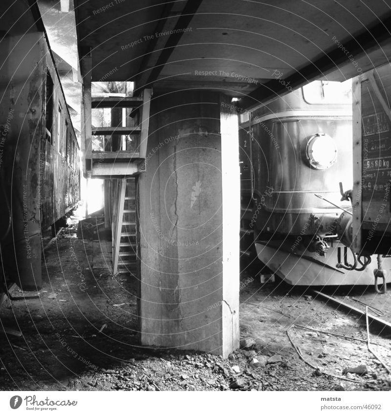 Alter Bahnhof Ampflwang Nr8 alt dunkel hell groß Eisenbahn Romantik historisch Leiter Lagerhalle Österreich Säule aufsteigen Demontage industriell