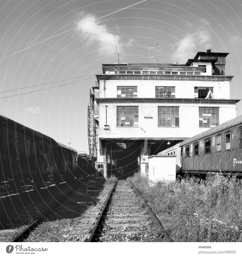 Alter Bahnhof Ampflwang Nr5 alt dunkel hell groß historisch Lagerhalle Österreich Demontage industriell 2006 technisch Monochrom verwittert Zukunft