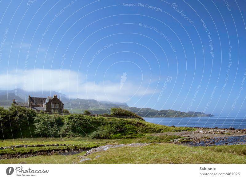 [Skye 13] Staffin Beach Umwelt Natur Himmel Wolken Pflanze Gras Sträucher Hügel Küste Strand Bucht Meer Isle of Skye Schottland Dorf Fischerdorf Haus