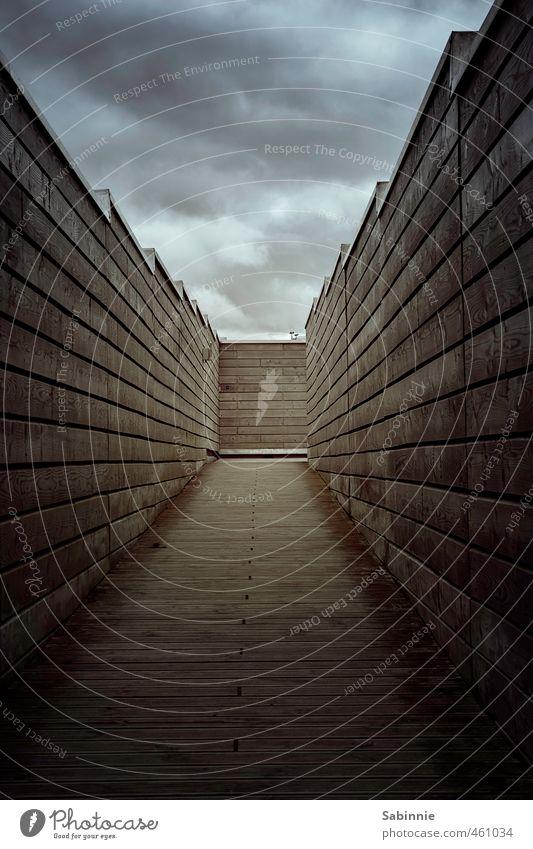 Kein Licht am Ende des Tunnels II Wand Mauer Gebäude braun Angst trist bedrohlich Schutz Bauwerk Zukunftsangst Holzbrett eng Schottland ausweglos einengen