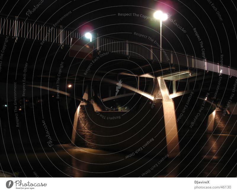 Unter der Brücke Wasser dunkel