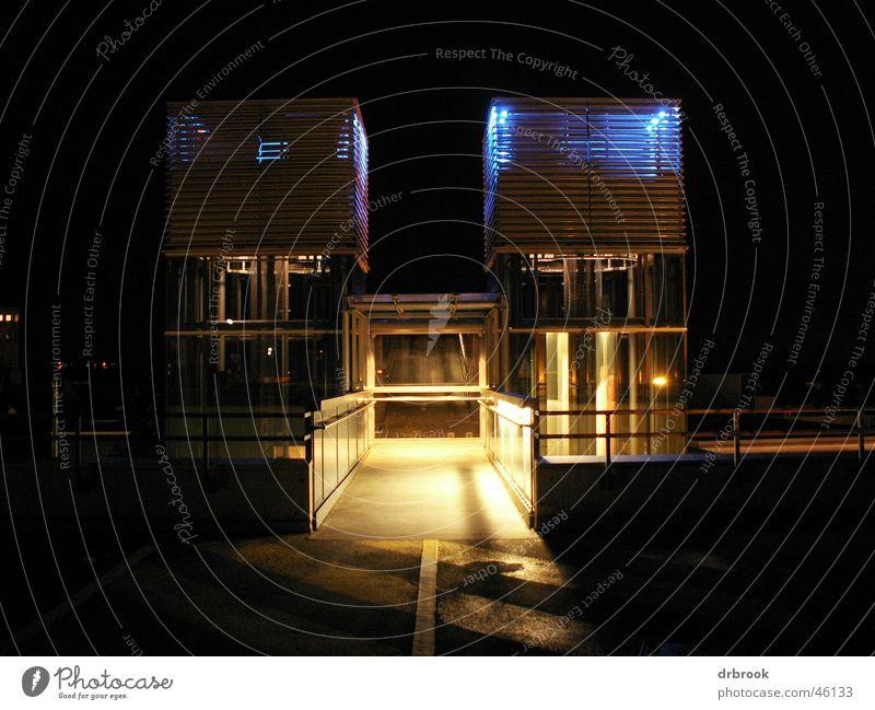 twintowers Fahrstuhl Parkhaus Licht Braunschweig Nacht dunkel Zwilling Sperrzone Monochrom Geländer blau´ modern Turm symetrie Architektur