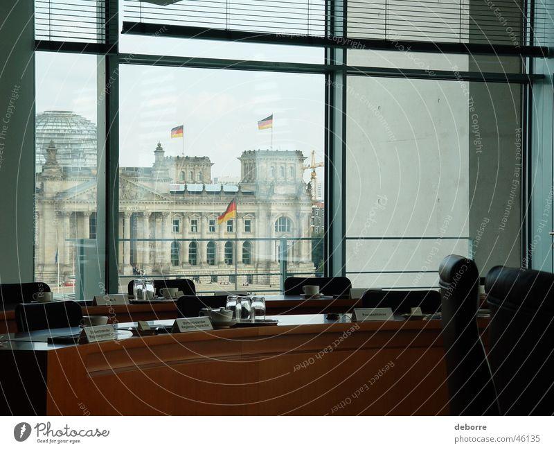 Blick auf den Bundestag aus dem Sitzungssaal des Bundeskanzleramtes. Deutscher Bundestag extravagant Politik & Staat Kohlgewächse Beruf Fenster Büro Aussicht