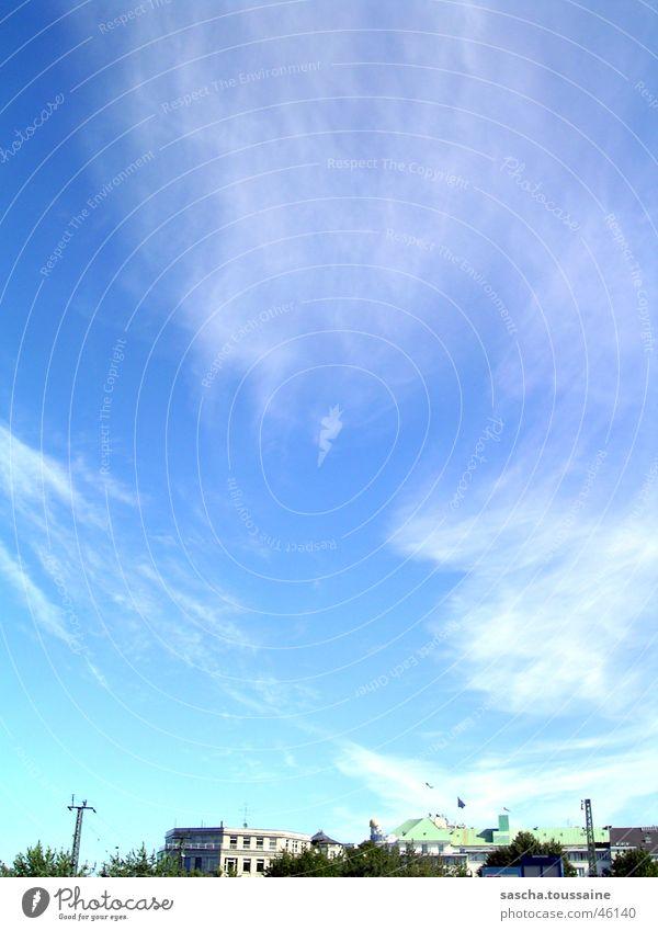 Stadt unterm Himmel Wolken blau Beleuchtung Hamburg Wolkenhimmel Wolkenfetzen Wolkenbild Textfreiraum oben Textfreiraum Mitte