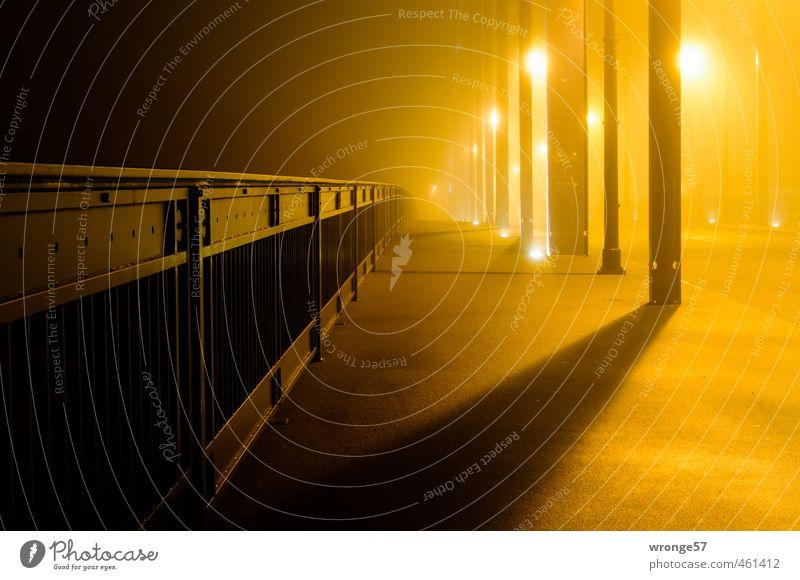 Brücke im Nebel Magdeburg Deutschland Sachsen-Anhalt Europa Stadt Menschenleer Bogenbrücke Bürgersteig Stahl Brückengeländer Eisen Gegenlicht Abend