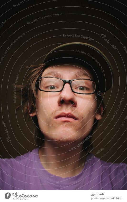Wat seh ich da? Junger Mann Jugendliche Gesicht 18-30 Jahre Erwachsene T-Shirt Brille Mütze Blick in die Kamera Froschperspektive violett Essen lustig