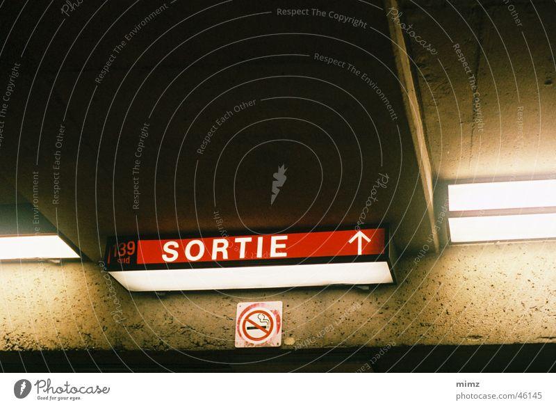 exit sign U-Bahn Montreal ligt concrete dark Stadt
