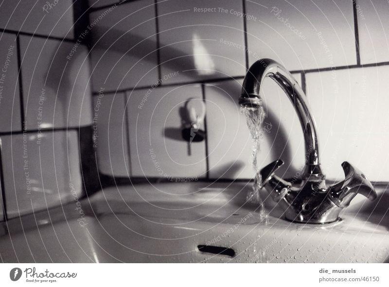 wasserhahn Wasserhahn Schwarzweißfoto fließend wasser Fliesen u. Kacheln