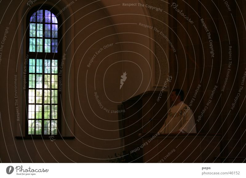 Licht der Kirche Kirchenraum Raum Geistlicher Prediger Redner Rede sprechen Märchen dunkel Fenster Kirchenfenster Buntglas Buntglasfenster Gegenlicht Kanzel
