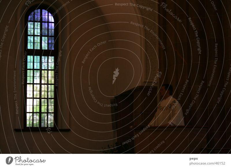 Licht der Kirche ruhig Einsamkeit dunkel sprechen Fenster Traurigkeit hell Raum Religion & Glaube klein groß Kraft Trauer trist unten Rede