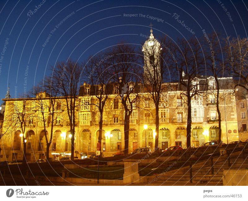 Navidad en Vitoria Spanien Baskenland Baum Licht Nacht Nachtaufnahme Außenaufnahme Platz dunkel Langzeitbelichtung Gebäude Nachtstimmung Winter Ocker Parkplatz