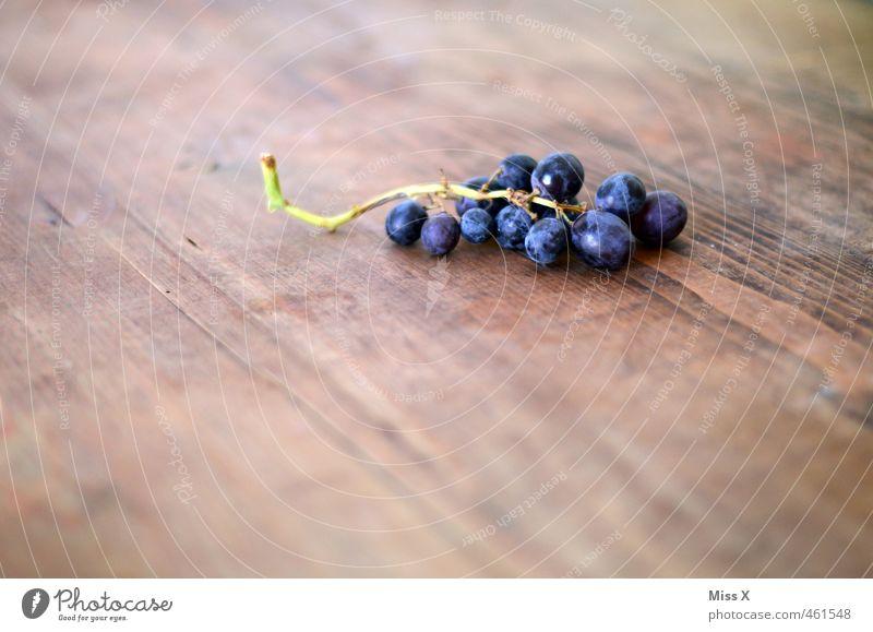 Trauben Lebensmittel Frucht Ernährung Bioprodukte Vegetarische Ernährung frisch Gesundheit saftig sauer süß blau violett Weintrauben Holztisch Farbfoto