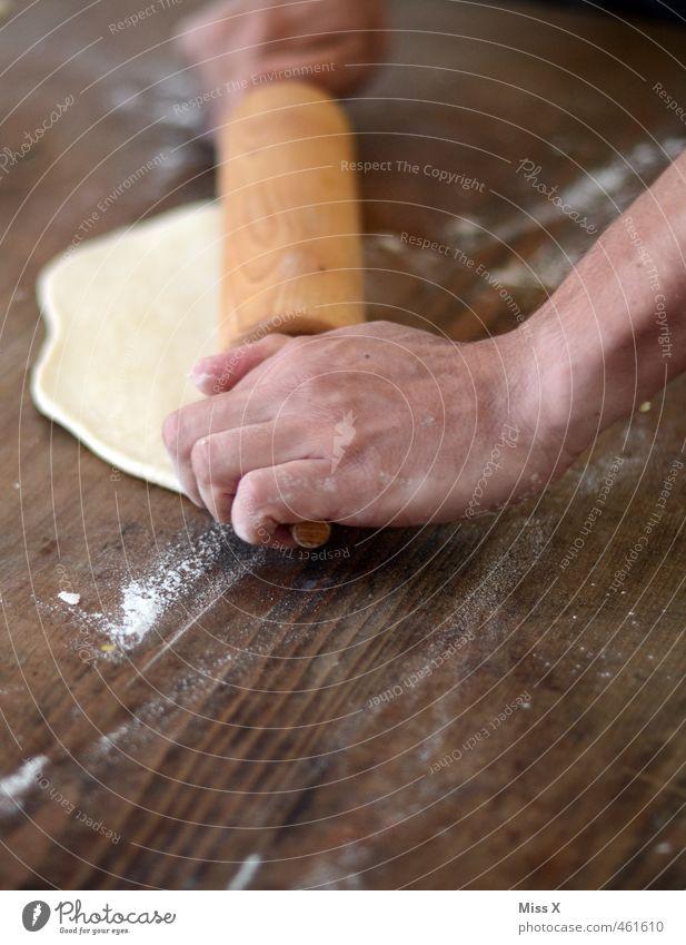 Plätzchen Mensch Weihnachten & Advent Hand Holz Lebensmittel frisch Finger Ernährung süß Kochen & Garen & Backen lecker Backwaren Teigwaren Pizza Holztisch