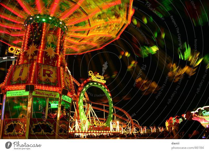 Karussell fahren Oktoberfest Nacht Jahrmarkt Ballone mehrfarbig München Beleuchtung